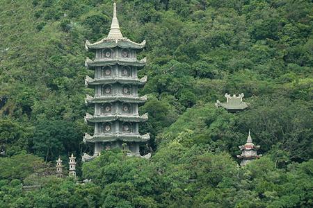 ngọn tháp thấp thoáng sau rừng cây
