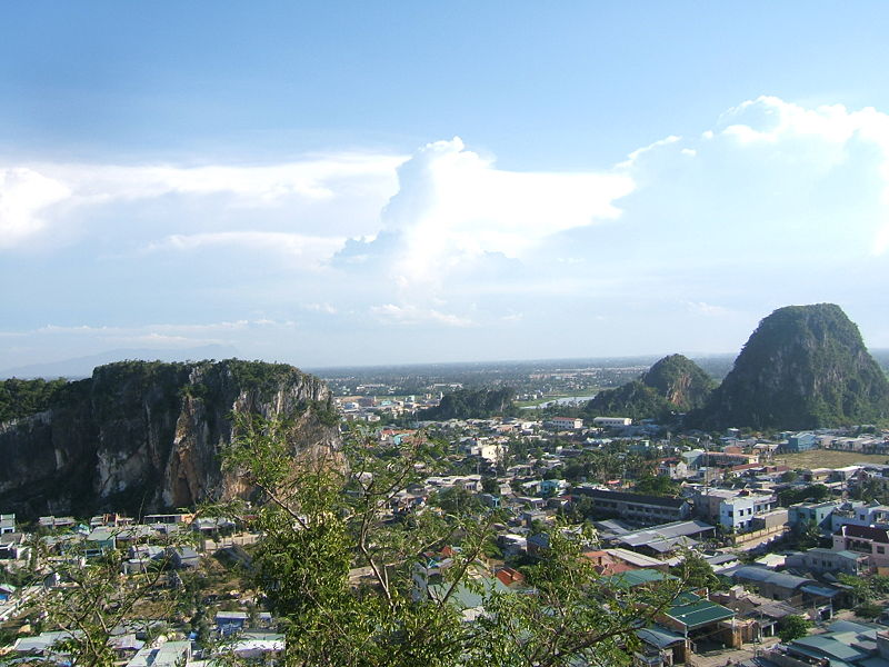 Thị trấn xinh đẹp được nhìn từ trên xuống.