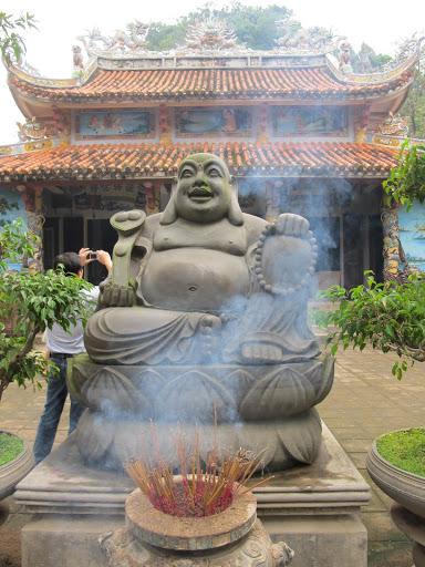 Tượng phật trước chùa