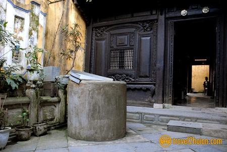Giếng nước trước cửa gian nhà sau cùng