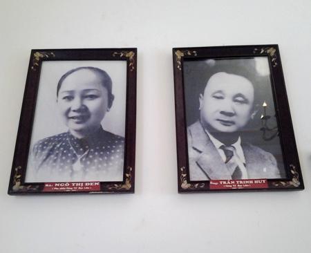 """Di ảnh """"Công tử Bạc Liêu"""" Trần Trinh Huy và vợ là bà Ngô Thị Đen được treo ngay trên tầng 2 gian thờ của ngôi nhà."""
