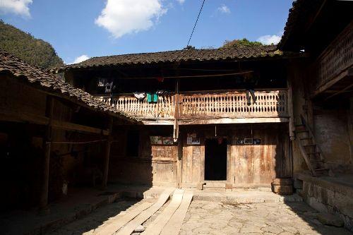 """Ngôi nhà 2 tầng trong phim """"Chuyện của Pao"""" như căn """"biệt thự"""" giữa cao nguyên đá."""