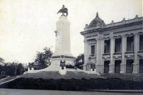 Hồi đầu, trước cửa nhà hát (nằm đầu phố Paul Bert) từng có tượng đài phun nước.