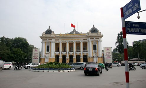 Nhưng sau đó tượng đài này bị bỏ đi, thế chỗ bằng quảng trường Cách mạng tháng Tám nằm ở đầu phố Tràng Tiền.
