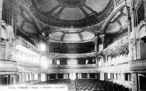Bên trong nhà hát là sân khấu rộng chứa được 870 chỗ ngồi