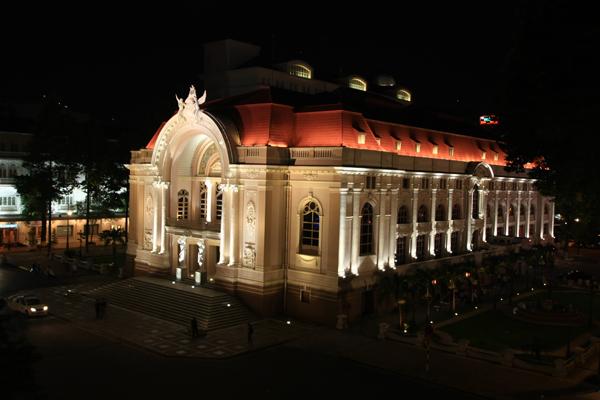 Nhà hát Lớn Sài Gòn nổi bật giữa màn đêm