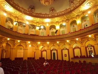 Phía  bên trong Nhà hát Lớn