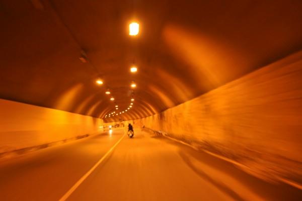Đường hầm dẫn vào nhà máy
