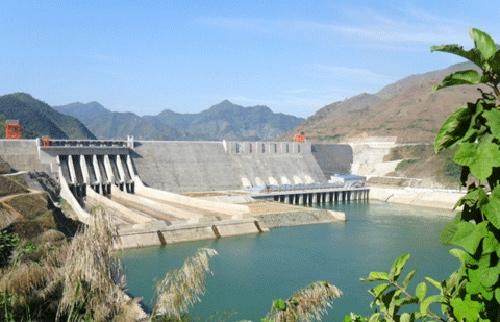 Toàn cảnh đập Thủy điện Sơn La nhìn từ hạ lưu.