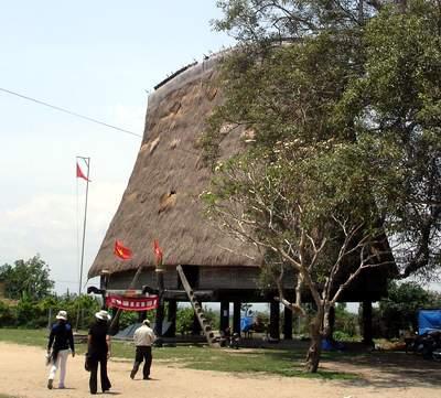 Nhà rông Kon Klor được dựng lại sừng sững bên dòng sông Đăk Bla hiền hòa trở thành biểu tượng tự hào của người Ba Na