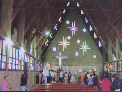 Người dân đến cầu nguyện tại nhà thờ Cam Ly
