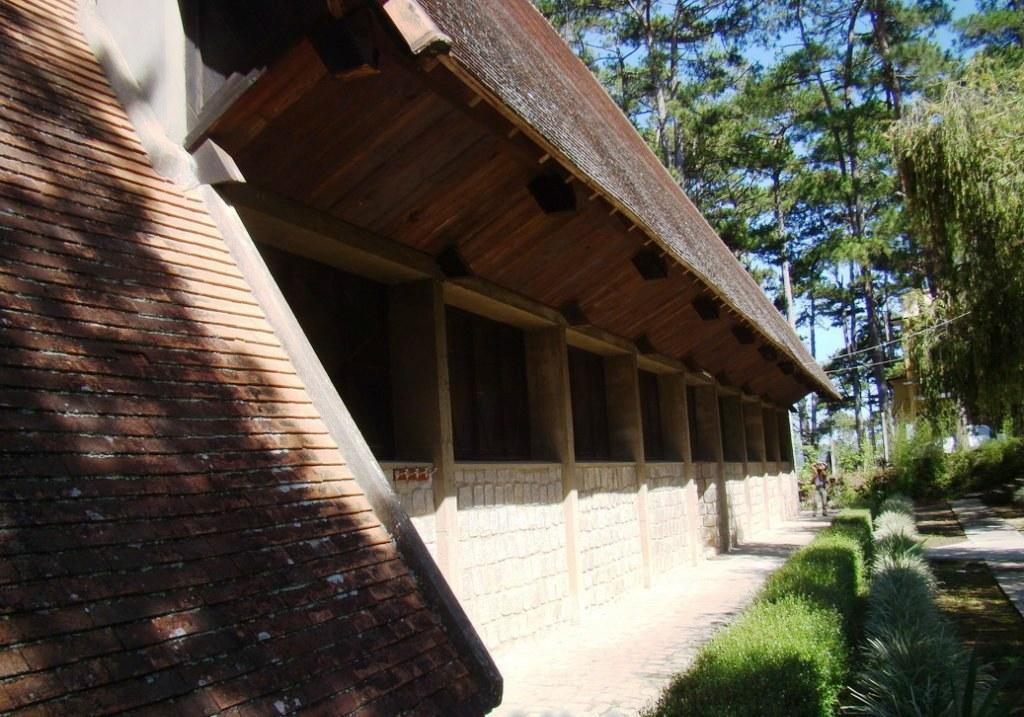 Mặt phía trước nhà thờ
