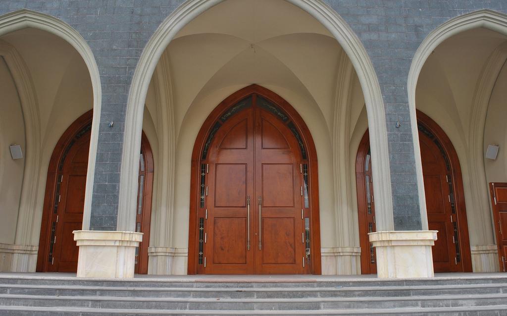 Cổng vào nhà thờ