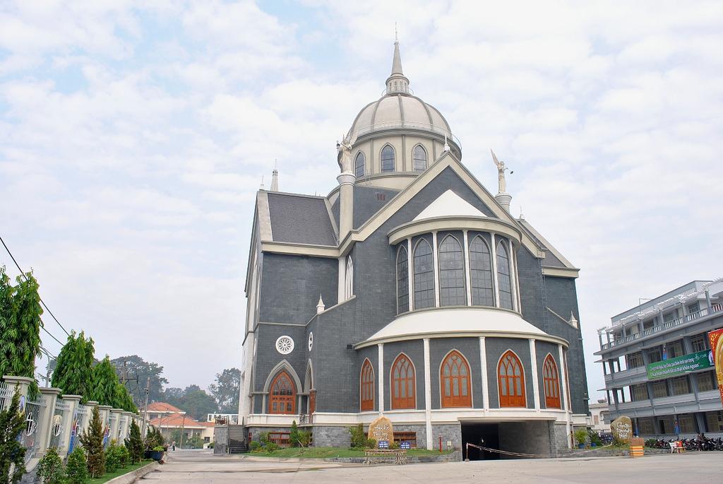 Phía sau nhà thờ