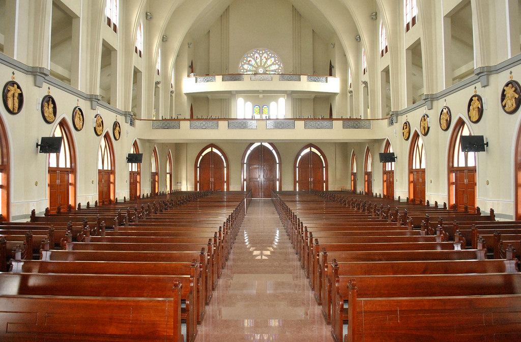 4 hàng ghế ngay ngắn cho những người con theo đạo thiên chúa đến nghe thuyết giáo