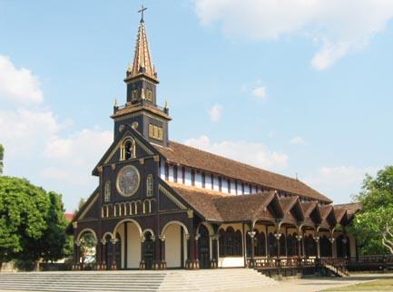 Nhà thờ gỗ Kon Tum trở thành một kiệt tác bởi kiến trúc gỗ mang phong cách Basilica còn tồn tại duy nhất trên thế giới