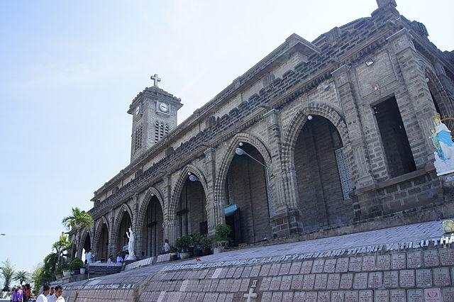 Mặt bên nhà thờ