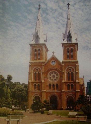 Hình ảnh nhà thờ Đức Bà nhìn từ phía ngoài