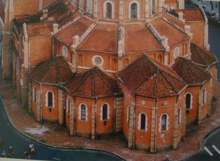 Mặt sau nhà thờ Đức Bà thành phố Hồ Chí Minh.