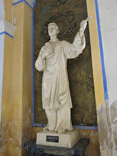 Tượng Andrê Phú Yên - vị linh mục đầu tiên của nhà thờ