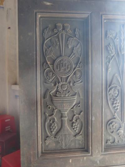 Cửa chính làm bằng gỗ và được chạm trổ tinh xảo