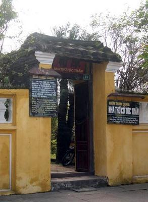 Cổng vào nhà thờ tộc Trần