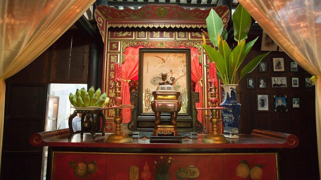 Bàn thờ trong nhà thờ tộc Trần (ảnh chụp gần)