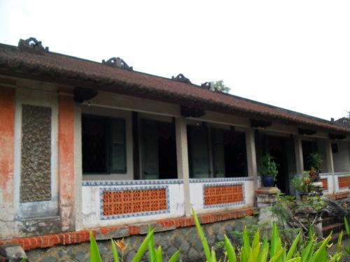 Mặt trước của ngôi nhà trăm cột