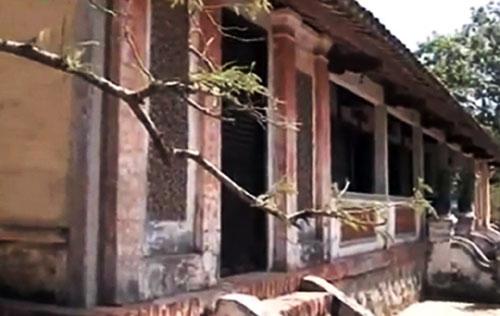 Nhìn bề ngoài, ngôi nhà khá cũ kĩ với mái ngói âm dương rêu phủ