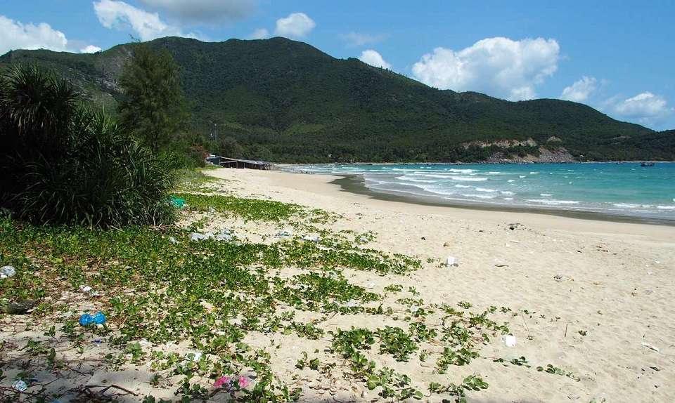 Bãi dài với bãi cát mịn màng, làn nước trong xanh.