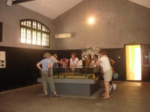Hướng dẫn viên đang hướng dẫn du khách về bản đồ của nhà tù