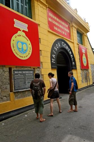các du khách đang đọc về mô tả ngắn gọn nhà tù