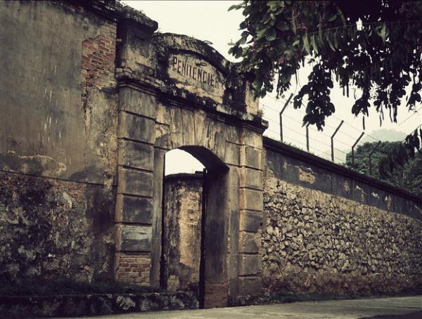 Tường được xây dựng bằng đá lẫn gạch