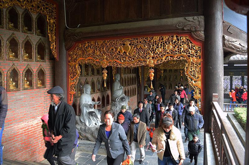 Tham quan và thắp hương ở chùa Bái Đính