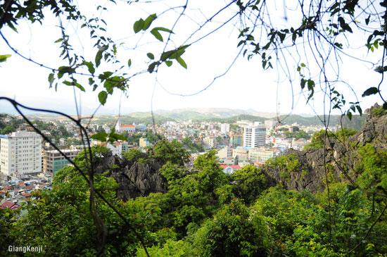 Càng lên cao, thành phố càng khuất dần sau những vách đá vôi và dây leo chằng chịt.