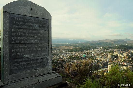 tấm bia đá khắc lịch sử của ngọn núi