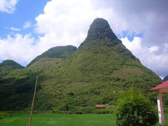 Tục truyền rằng có một nàng tiên xuống hạ giới du xuân, đi tới nơi đây thấy cảnh lạ thường, nên nặng lòng ở lại, chính vì vậy núi này được gọi là núi Cô Tiên.