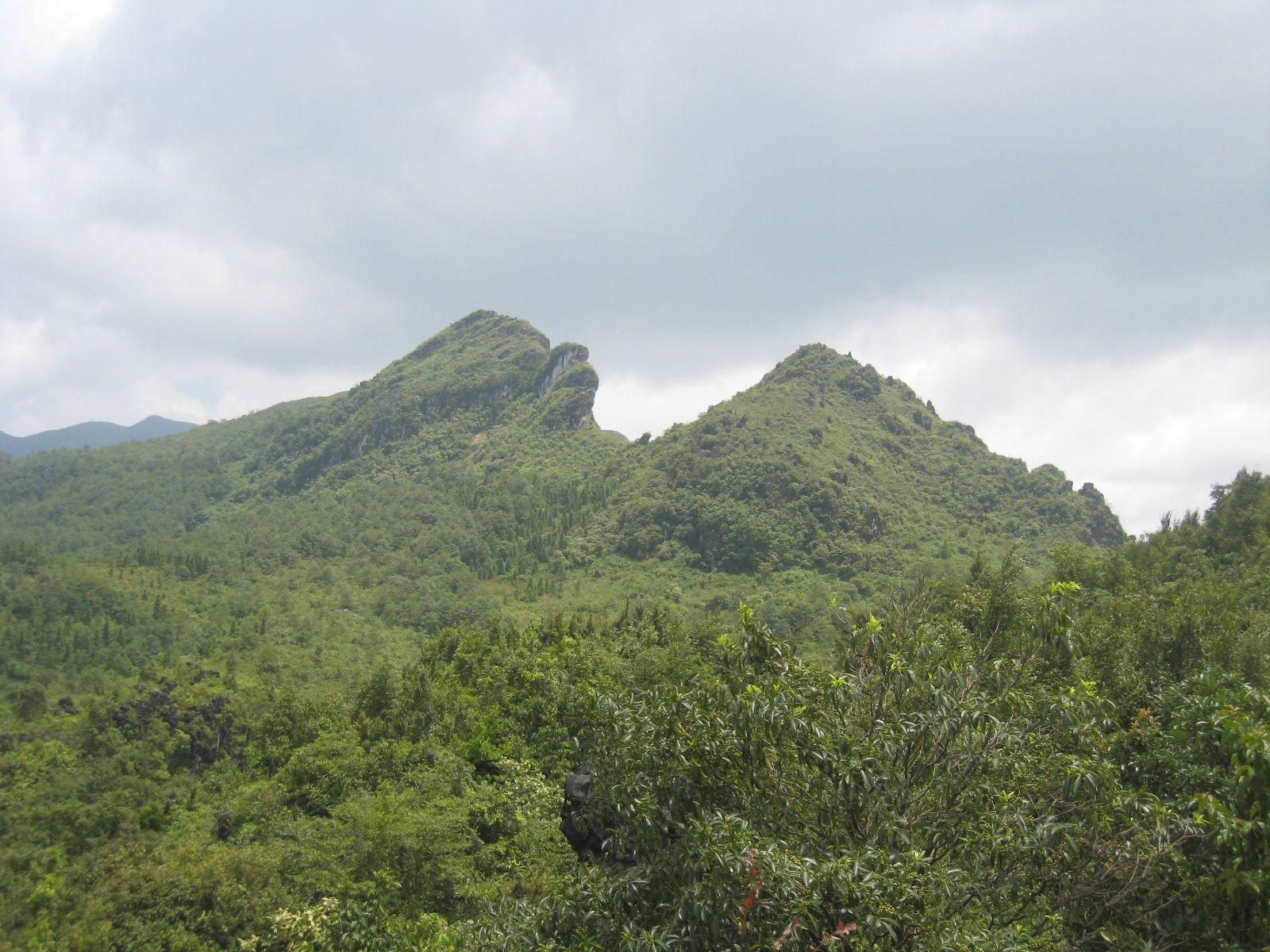 Núi Hàm Rồng là mỏm đá vươn cao tựa đầu rồng