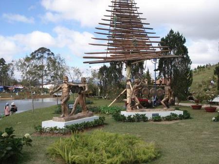 Khu tượng khắc họa lại những buổi sinh hoạt văn hóa cùng với những nhạc cụ truyền thống của đồng bào Tây Nguyên