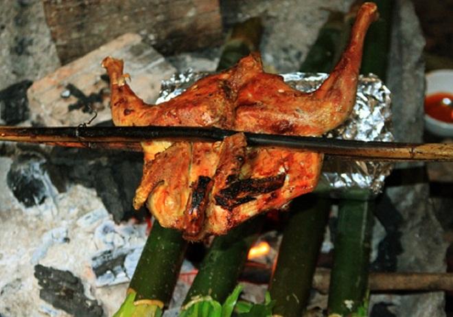 Gà đồi nướng ở Mẫu Sơn.