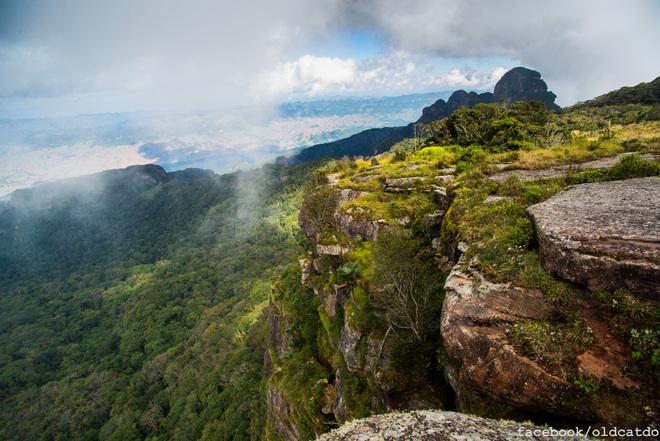Trải qua một quãng đường rừng khoảng 6 km bạn sẽ lên tới đỉnh núi và được chiêm ngưỡng vẻ đẹp hùng vĩ của nơi này.