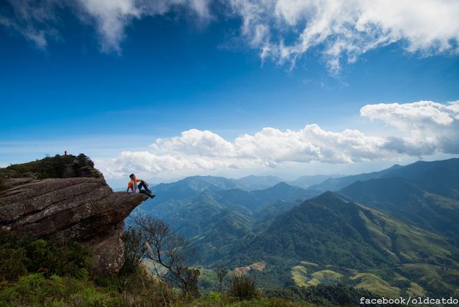 Nơi đỉnh núi chênh vênh bạn sẽ cảm nhận được vẻ đẹp của thiên nhiên giữa mây trời lộng gió. Đứng trên đỉnh núi, bạn sẽ dễ dàng quan sát được sự chuyển động không ngừng của những đám mây, tạo ra nhiều hình thù kỳ thú. Đặc biệt, vào những hôm trời nhiều mây bạn có thể thấy cả biển mây lưng chừng núi.