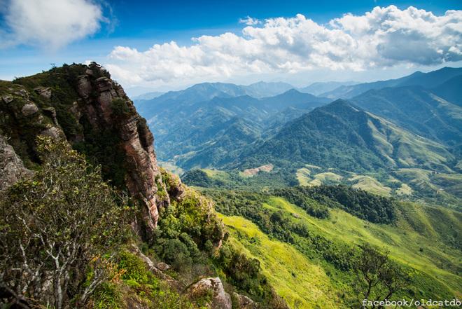 Từ nơi này có thể quan sát rất rõ những cánh rừng, những bản làng của cả hai nước Việt Lào