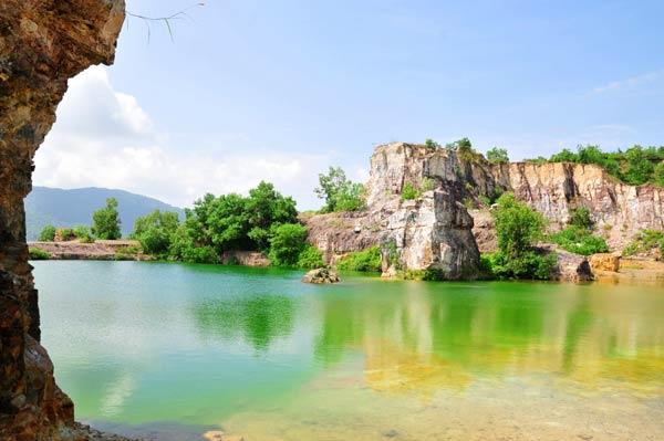 Cũng thật bất ngờ khi biết hồ nơi đây chỉ là dấu vết còn sót lại của khu vực khai thác đá đã bị cấm cách nay gần chục năm