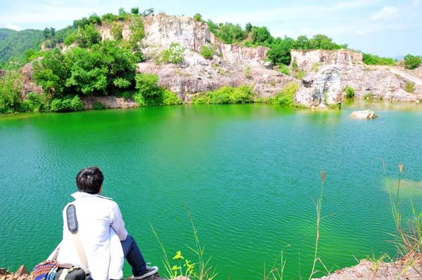 Lên tới đỉnh đồi thu vào tầm mắt của bạn là một hồ nước xanh trong phẳng lặng đang nằm ẩn mình bên sườn núi