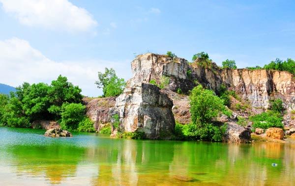 Ở giữa hồ lớn là những tảng đá nhấp nhô, mang trên mình những bụi cây xanh rờn