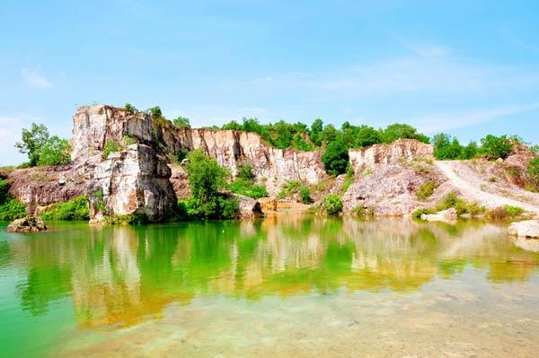 Mặt hồ phẳng lặng như gương soi bóng núi non, cây bụi tạo nên một khung mờ ảo tựa như một bức tranh thủy mặc đầy màu sắc