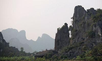 Núi Tràng Kênh nằm ở phía Bắc huyện Thủy Nguyên,