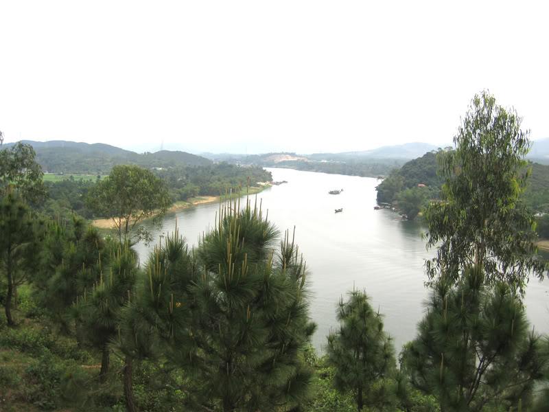 Sông Hương nhìn từ đồi Vọng Cảnh.