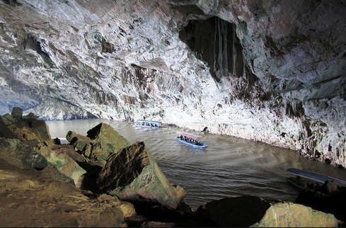 Thuyền du lịch trên sông dưới vòm động